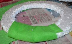 Новогодние гномы, снеговики и прочие игрушки ручной работы: обматываем бумагой кольцо из пенопласта