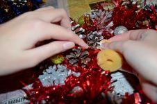 Новогодние гномы, снеговики и прочие игрушки ручной работы: наносим белую краску на кончики шишек
