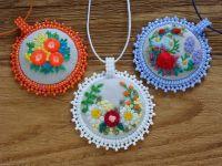 Текстильные кулончики медальоны с вышивкой: Медальончики с вышивкой