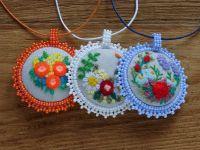 Текстильные кулончики медальоны с вышивкой: Кулоны с вышивкой