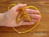 Украшения из бисера: Желтый кулон вышивка бисером