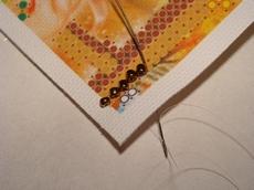 Так ложатся бисеринки - наискосок - при вышивании полукрестиком (монастырским) швом
