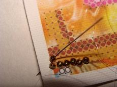 Все бисеринки при вышивании стебельчатым швом ложатся вдоль одной центральной оси (все отверстия состыкованы с соседними бисеринками)