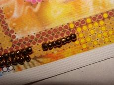 Нанизав на иглу некоторое количество бисера, соответствующее по цвету и количеству ячейкам схемы, пришиваем одним общим стежком