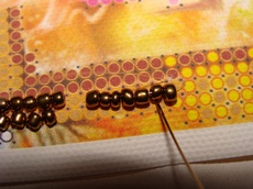 Выполняя герданный шов, прошиваем между каждой бисеринкой поперек шва