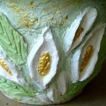 Лепной декор - орнамент в виде цветов спатифиллума на пластиковом горшке