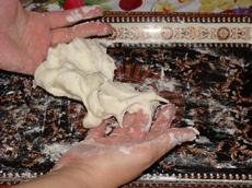 Вынимаем холодный фарфор из ткани и продолжаем месить