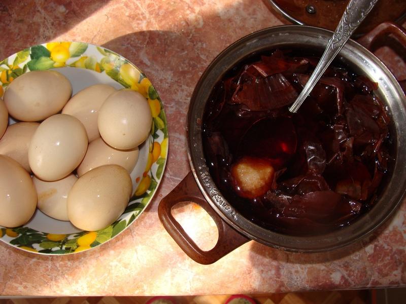 Варить яйца в луке