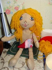 Кукла с волосами из самодельных трессов из ниток