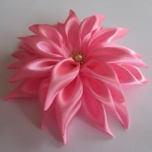 Вот такой цветок георгина из атласной ленты можно сделать по этому мастер-классу