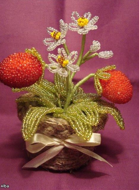 В продаже имеется декоративная подарочная флористическая композиция 'Бисерная земляника'.