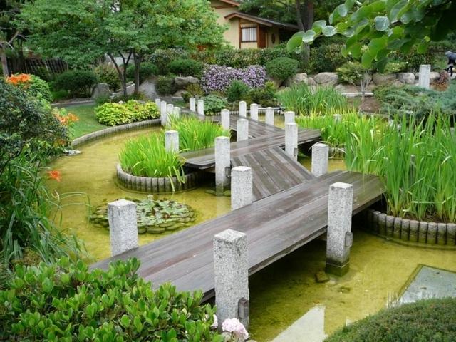 Японский стиль садов является плавно